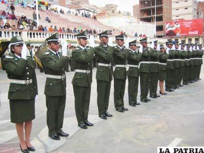 Los nuevos policías durante el juramento en su acto de egreso