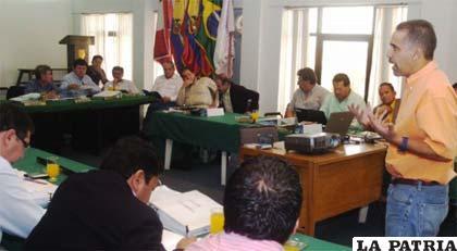 Mauricio Méndez junto a los dirigentes ligueros