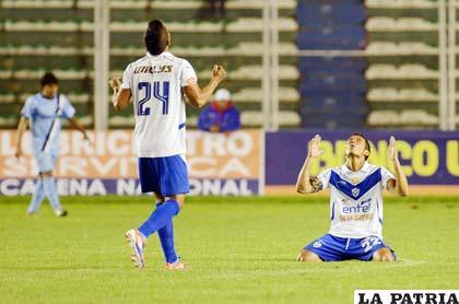 Paul Burton y Roly Sejas, agradecen el triunfo que lograron ante Bolívar (foto: APG)