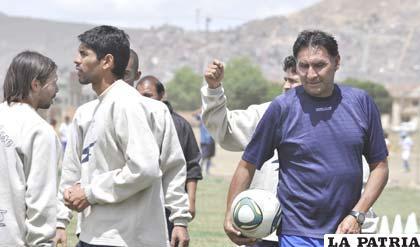 Marcos Ferrufino junto a los jugadores Tordoya y Bonafina