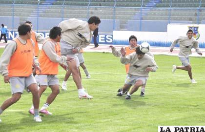 Saucedo y Carrizo en una jugada de ataque en el entrenamiento de ayer