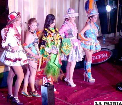 Finalistas de la elección, junto a la Predilecta del Carnaval 2013 Paola Andrea Padilla Foronda (segunda de la derecha)