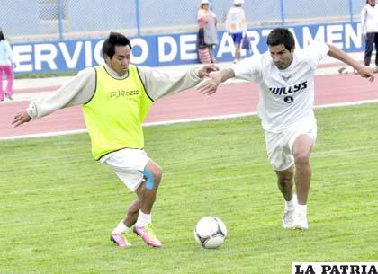 Dury disputa el balón con Ignacio