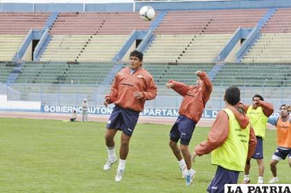 Luis Palacios intenta pegarle de cabeza al balón, ocurrió en el entrenamiento de ayer