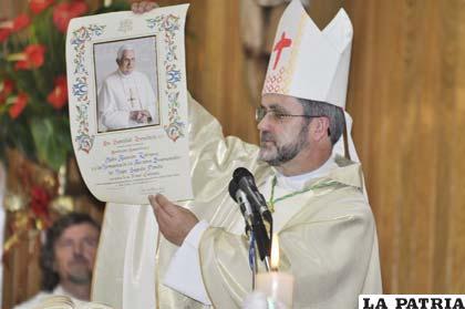 Monseñor Bialasik muestra la carta enviada por Benedicto XVI