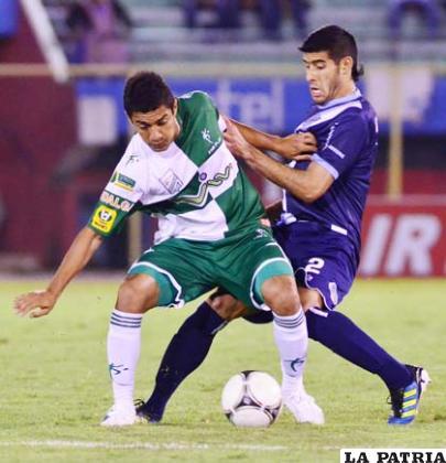 Peña y Albarracín disputan el balón
