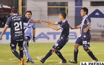 Festejo de los jugadores de Bolívar por la clasificación a la Copa Libertadores (foto: AFKA)