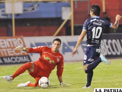 Cardozo no pudo frente al portero Arias (foto: AFKA)
