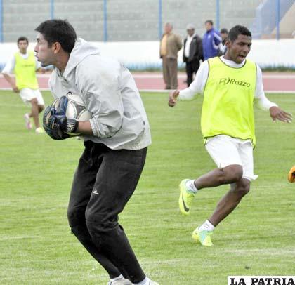 José Peñarrieta terminó atajando en San José