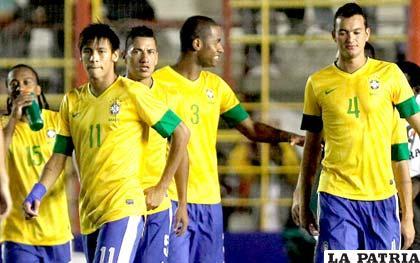 Neymar junto a sus compañeros de su selección