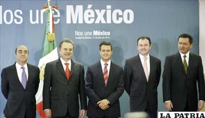 El presidente Enrique Peña Nieto (c) y a su izquierda Luis Videgaray