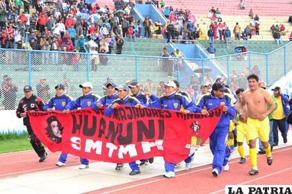 Vuelta olímpica de los jugadores de Huanuni