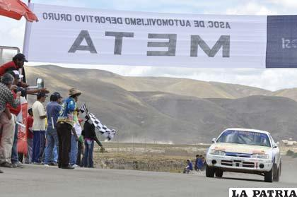 El coche de José Veizaga cruza la meta