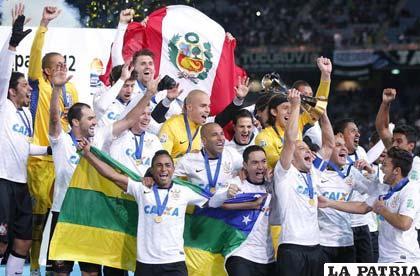 Jugadores de Corinthians celebran el título mundial de clubes (foto: diariodeleon.es)