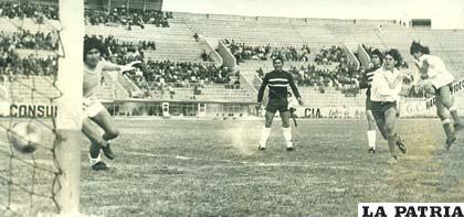 Miner's Japo ante su clásico rival San José en 1975 (foto: archivo)