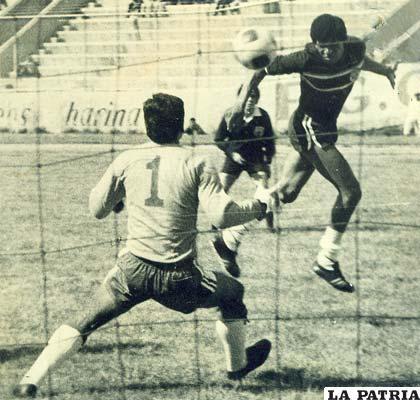De Melo delantero de Miner's Japo remata de cabeza fue el año 1974 (foto: archivo)