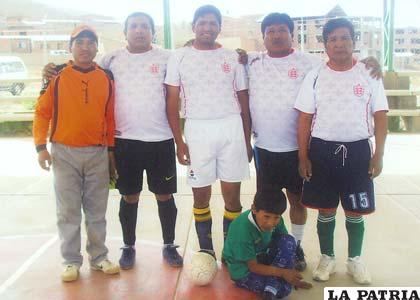 Integrantes del equipo de Pesados, campeones del torneo