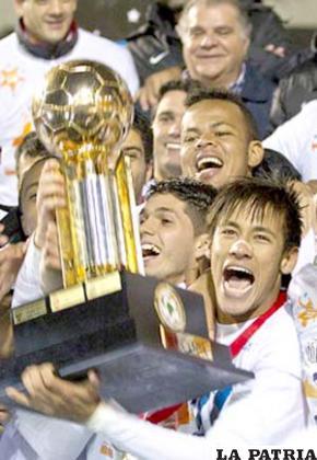 Neymar capitán del Santos con el trofeo de campeón de la Recopa Sudamericana