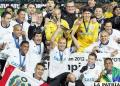 Los jugadores de Corinthians celebran con la Copa de campeón