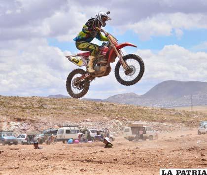 Álvarez en los aires durante la competencia