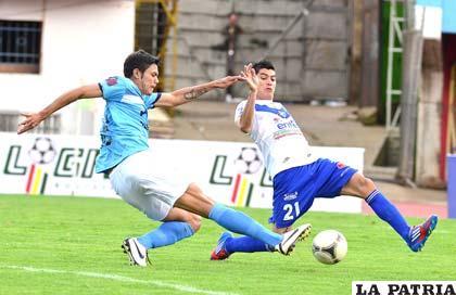 Oscar Díaz remata al arco de San José ante la marca de Juan Pablo Fernández