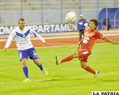 Neumann y Verduguez durante el partido que sostuvo San José el miércoles ante Guabirá