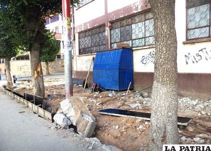 Comenzó en el lado Oeste de la avenida 6 de Octubre el trabajo de renovación de aceras y cordones