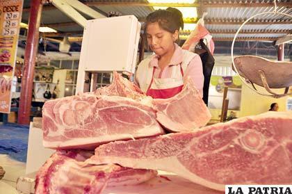 Venta de carne de chancho en el mercado Campero