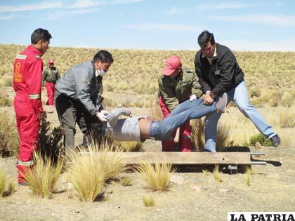 Investigadores de la Felcc recogen el cuerpo de la joven mujer