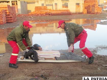 Efectivos de Bomberos recogen el cuerpo del minero
