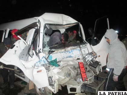 El conductor y uno de los pasajeros atrapados entre los fierros