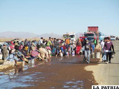 Los ciudadanos que recogieron el diesel derramado