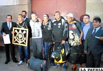 El segundo grupo de brasileños a la salida del penal de San Pedro