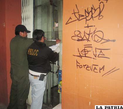 Funcionarios policiales precintan la farmacia tras el hecho