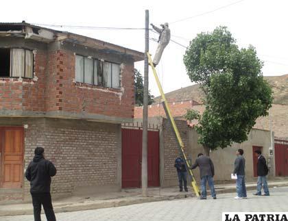 Un personero de Coteor en presencia de efectivos de la Felcc desconecta una conexión clandestina