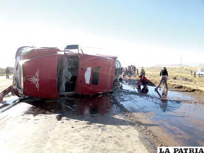 El carro cisterna que volcó con diesel cerca de la ciudad de Oruro