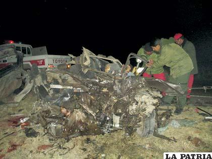 Personal policial junto a un vehículo siniestrado en la carretera a Potosí