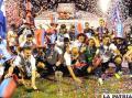 Los jugadores de San Lorenzo con el título de campeón