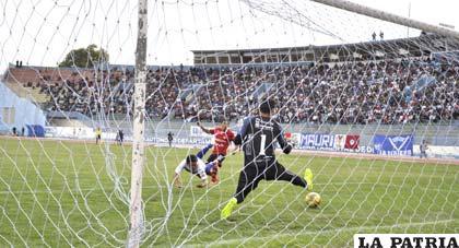 Miguel Loaiza liquida el partido a favor de San José al anotar el segundo gol