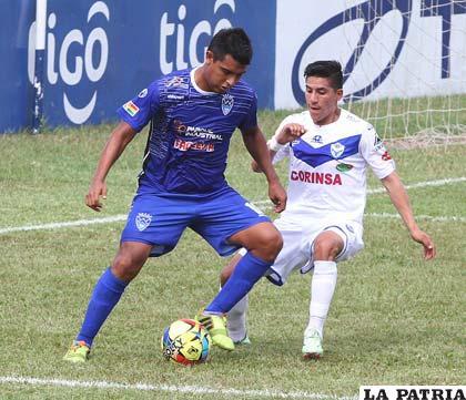 Castillo y Juárez en la disputa de la pelota