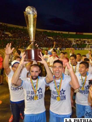 José Luis Sánchez Capdevila levanta el trofeo de campeón