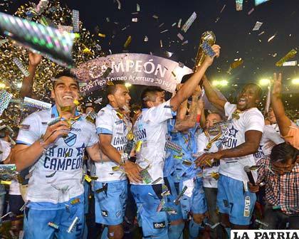Festejan los bolivaristas, Tenorio con el trofeo en alto