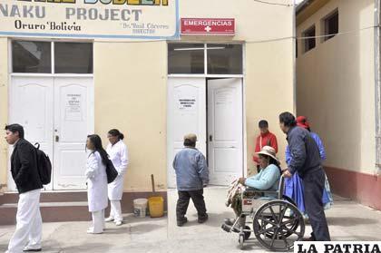 Pacientes esperan en el patio para ser atendidos en Emergencias del Hospital General