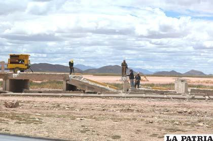 Obreros demuelen el puente en la carretera Oruro-Toledo