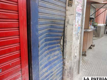 Así quedó la puerta de la oficina del abogado Arispe tras el atentado criminal
