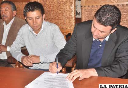 Durante la firma de contrato de Baldivieso con Universitario de Sucre