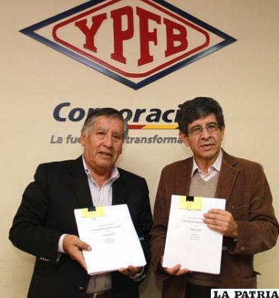 Carlos Villegas, y uno de los  representantes de las empresas subsidiarias YPFB Andina y YPFB Chaco