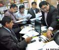Benjamín Moya, presidente del TEDO, junto a periodistas revisando las listas de los candidatos