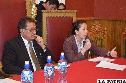 Alcalde Bazán y ministra Moreira, durante la presentación de proyectos aprobados