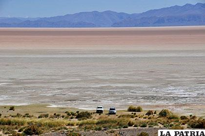 Desde  la Isla de Panza se aprecia la gran extensión de tierra árida y salitrosa que alguna vez fue el lago Poopó